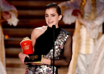 Photo: Emma Watson receives Best Actor in a Movie award (Getty images).